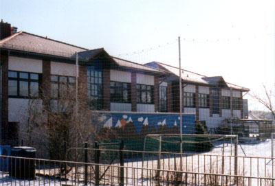 Die Grundschule - Ansicht von hinten mit Fußballtor und Kletterwand