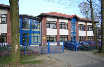 Die Grundschule - Eingangsbereich und rechter Flügel